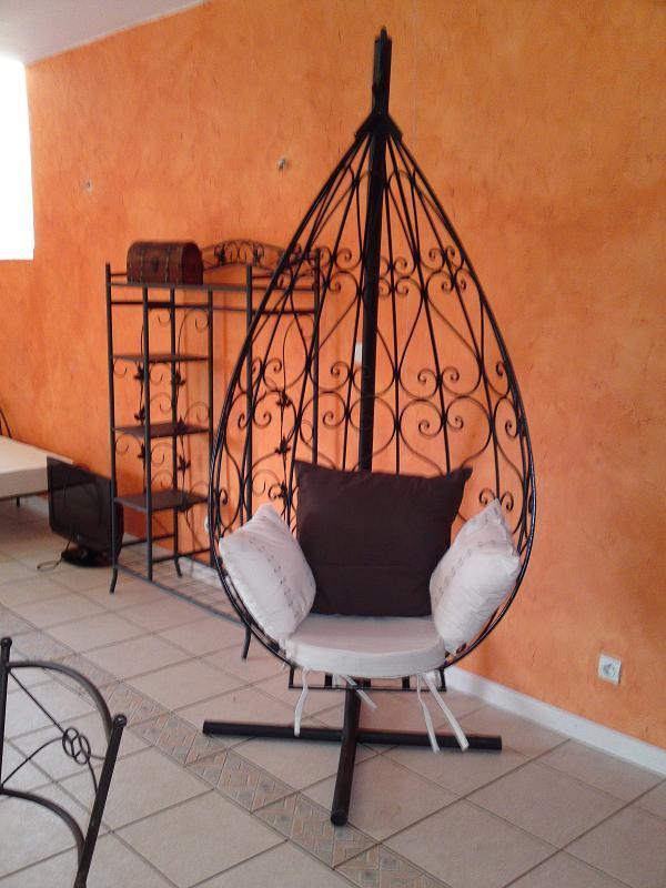 chaise suspendue en fer forge sur mesure. Black Bedroom Furniture Sets. Home Design Ideas